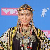 Madonna übertrifft sich mit ihrer Kopf- und Halsschmuck-Sammlung wirklich selbst.