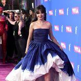 Einen stylischen Pink-Carpet-Auftritt hat Camila Cabello im blau-weißen Ballon-Kleid von Oscar de la Renta.