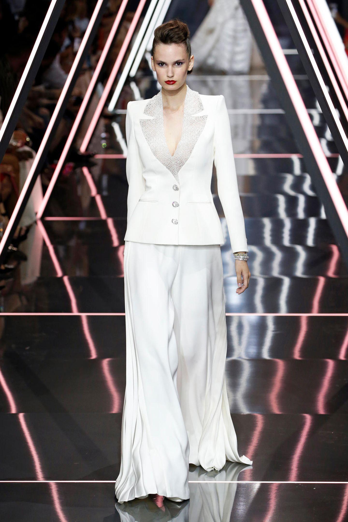 Auf dem Catwalk der Herbst/Winter 2018 Show des Designer-Duos zeigt das Model durch die fehlende Bluse Dekolleté. Welcher Look gefällt Ihnen besser?