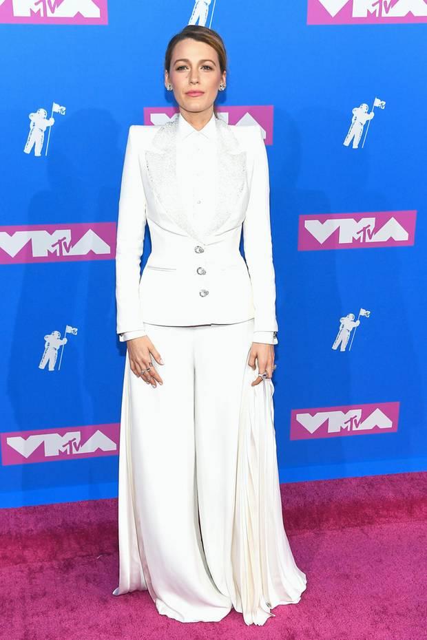 """Auf dem """"Pink Carpet"""" der VMAs 2018 posiert Hollywoodstar Blake Lively in einem weißen Zweiteiler von Ralph & Russo für die Fotografen. Während Blake mit der Bluse einen hochgeschlossenen Look kreiert hat, zeigte das Model bei der Show des Modelabels mehr Haut ..."""