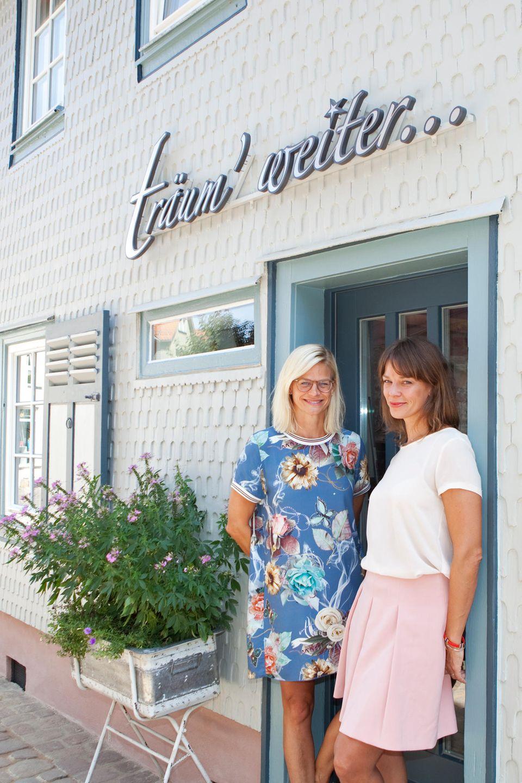 """Altstadt-Idyll: Jessica Schwarz (r.) und ihre Schwester Sandra vor dem """"Träum' weiter"""", ihrem zweiten Hotel im hessischen Michelstadt. Ebenso wie das erste hat auch dieses nur fünf Zimmer."""