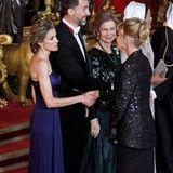 Bei einem Gala-Dinner mit der spanischen Königsfamilie im April 2011 glitzert Melanie Griffithim schwarzen Balzer mit langem Rock.