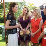 Währendihres ersten US-Besuchs nach der Hochzeit begegneten sich Herzogin Catherine und Hollywood-Star Reese Witherspoon im Juli 2011 bei einem Empfang in Santa Barbara. Sommerlich elegante Looks waren dafür genau die richtige Wahl.