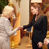 Im schwarzen Anzug trifft Angelina Jolie bei einem privaten Treffen im Juni 2014 im Clarence House auf die hell gekleidete Herzogin Camilla.