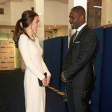 """Herzogin Catherine, selbst wunderschön im Roland-Mouret-Kleid"""", scheint bei der """"Mandela""""-Premiere vom eleganten Idris Elba ganz angetan zu sein."""