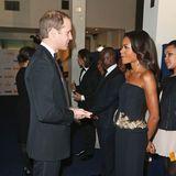 """Im bezaubernden Bustierkleid von Alexander McQueen trifft Naomie Harris bei der Premiere von """"Mandela - Der Lange Weg Zur Freiheit"""" im Dezember 2013 in London auf einen ebenso schicken Prinz William."""