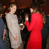 Uma Thurman, im floralen Mantelkleid,verstand sich bei einem Empfang im Buckingham Palast Februar 2014 ganz hervorragend mit Herzogin Catherine in Rot.