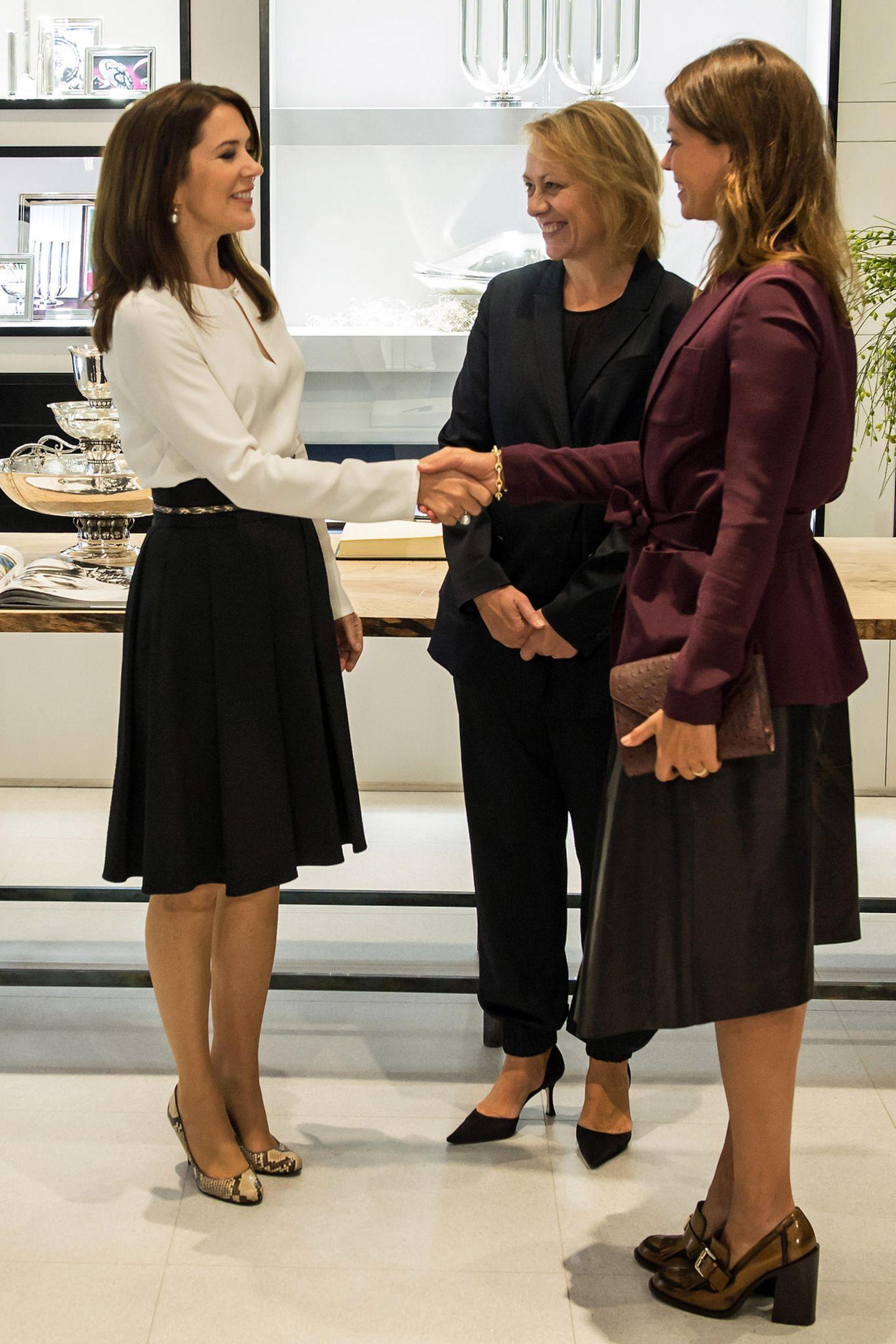 """HerbstlicheFarben hat sich Jessica Schwarz für ihr Treffen mit der dänischen Kronprinzessin Mary im """"Georg Jensen""""-Juwelierladen in München ausgesucht."""