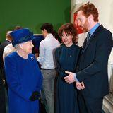 Queen Elizabeth und das SchauspielpaarHelen McCrory und Damien Lewis harmonieren bei ihrem Treffen im März 2016 in dunklen Blautönen. Selbstverständlich strahlt die Königin aber dabei am meisten.