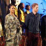 Etwas festlicher sieht da zumindest Rihannaschon beim abendlichen Konzert anlässlich des Besuchs von Prinz Harry aus.
