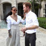 Mit ihren weißen Hemden-Looks zeigen sich Rihanna und Prinz Harry bei ihrem Treffen auf Barbados im Dezember 2016 beide sommerlich-entspannt.