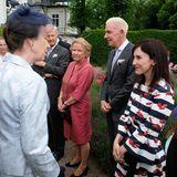 Ganz bezaubernd im maritimen Streifenlook sieht Sibel Kekilli bei ihrem Zusammentreffen mit Prinzessin Anne im Juni 2017 in Hamburg aus.
