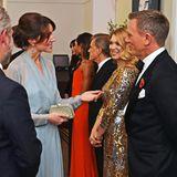 """Als Bond-Fans lassen sich Herzogin Catherine und Prinz William die Premiere von """"Spectre"""" im Oktober 2015 natürlich nicht entgehen. Kate in Hellblau wird dabei aber fast von Bond-Girl Léa Seydoux im goldenen Glamour-Dress überstrahlt."""