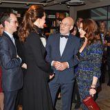 Patrick Stewart und seine Frau Sunny Ozell stehen Herzogin Catherine bei einem Charity-Empfang im Dezember 2014 im dunkelblauen Partnerlook gegenüber.