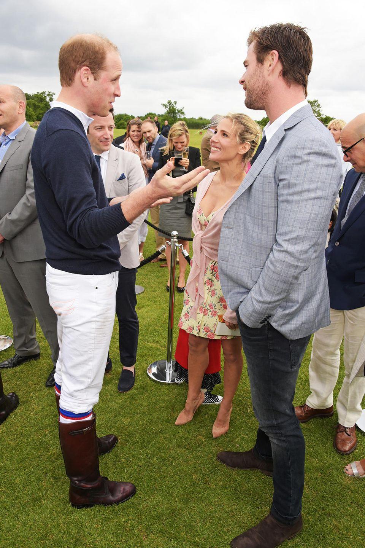 Im Mai 2015 treffen sich Prinz William, Elsa Pataky und Chris Hemsworth bei einem Polo-Turnier in London. Natürlich in sportlich-eleganten Outfits.