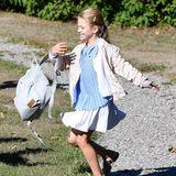 Zu der Jacke von Bonpoint passt auch der lässige Rucksack von Estelle, in dem sie ab sofort ihre Schulbücher transportieren wird. Er stammt von dem Label Livly, das in Mini-Adelskreisen bereits äußerst beliebt ist. Auch Prinzessin Gabriella hat die Marke bereits getragen.