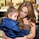 Jennifer Lopez süße Tochter Emme Muñiz, die wie Zwilling Max aus der Ehe mit Marc Anthony stammt,saß mit 2 Jahren am liebsten auf Mamas Arm.