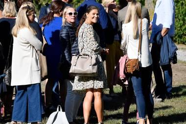 Ihr Look fällt besonders auf, als sie sich zu den anderen Müttern gesellt. Diese sind nämlich alle in Jeanshosen gekommen. Nur Victoria sticht im Kleid heraus.