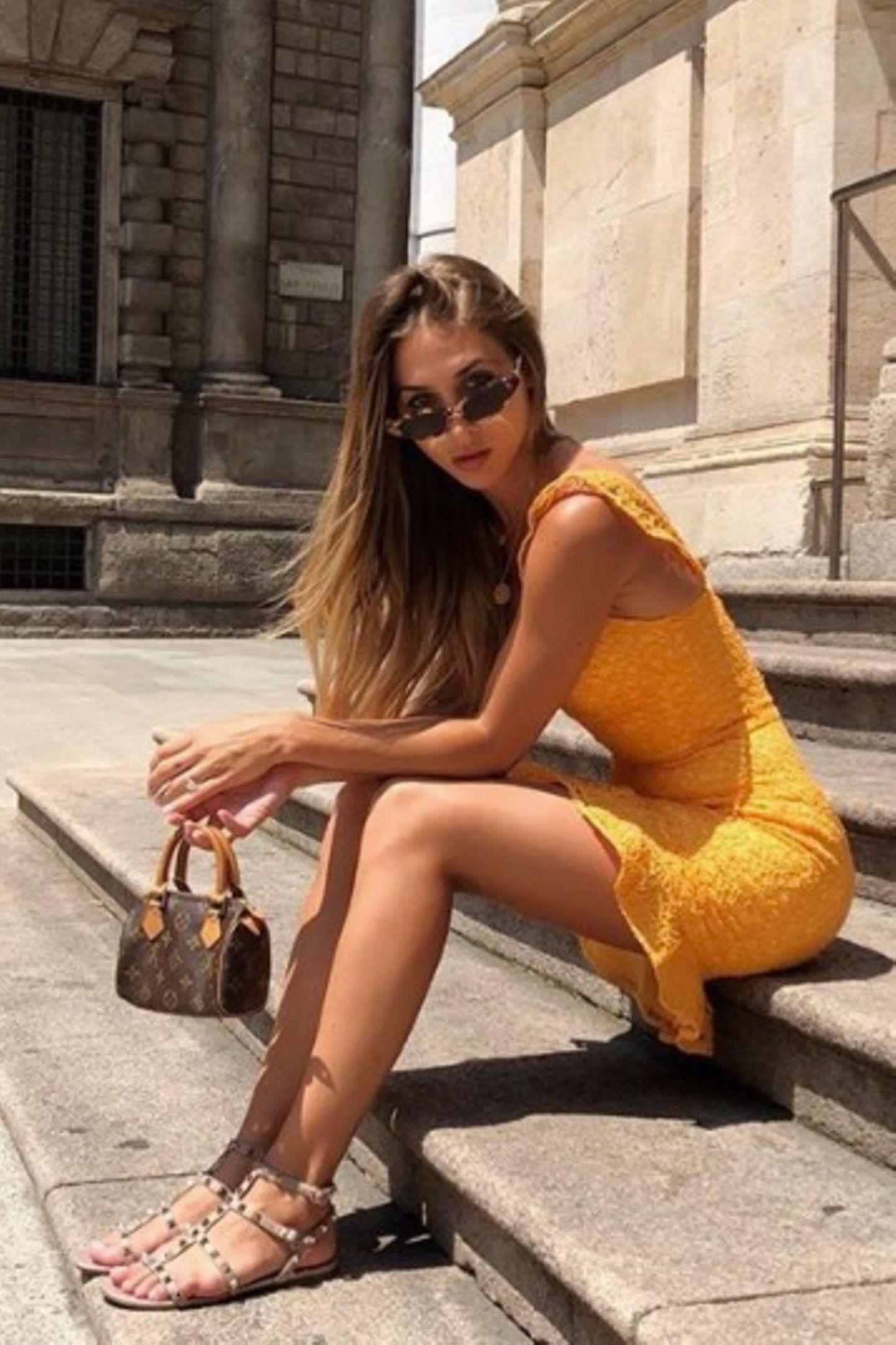 Ann-Kathrin Götze hat ein Händchen für Trends - und zwar im wahrsten Sinne des Wortes. Sie hält hier die It-Tasche des Sommers, nämlich die Nano Speedy von Louis Vuitton, die durch ihre winzige Größe einfach sehr süß ist.