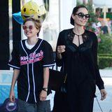 Und auch Angelinas Tochter Shiloh, die von klein auf ihren ganz eigenen Tomboy-Style pflegt, trägt ihr sportliches Outfit dunkel.