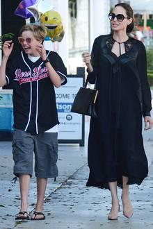 Wie die Mutter, so die Töchter! Angelina Jolie ist im luftigen, schwarzen Sommerkleid mit ihren Töchtern Shiloh und Zahara auf Shoppingtour in Hollywood unterwegs. Aber nicht nur Angelina scheint Schwarz zu lieben.