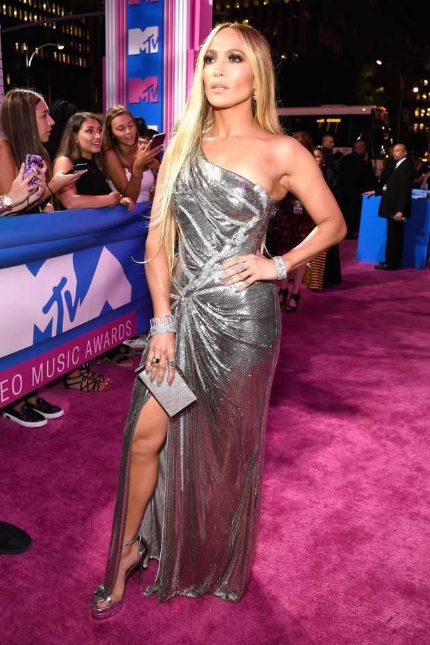 Als wäre das funkelnde, maßgeschneiderte Kleid von Versace noch nicht genug, trägt Jennifer Lopez auch noch ziemlich auffälligen Schmuck von Tiffany, den sie sich selbst aussuchte. Neben funkelnden Armbändern mit 70 Karat, trägt sie Ringe mit sechsstelligen Preisen, sodass der Schmuck an ihren Händen insgesamt umgerechnet circa 1.5 Millionen Euro kostet. Und da sind die fast versteckten Ohrringe noch nicht mit dabei...