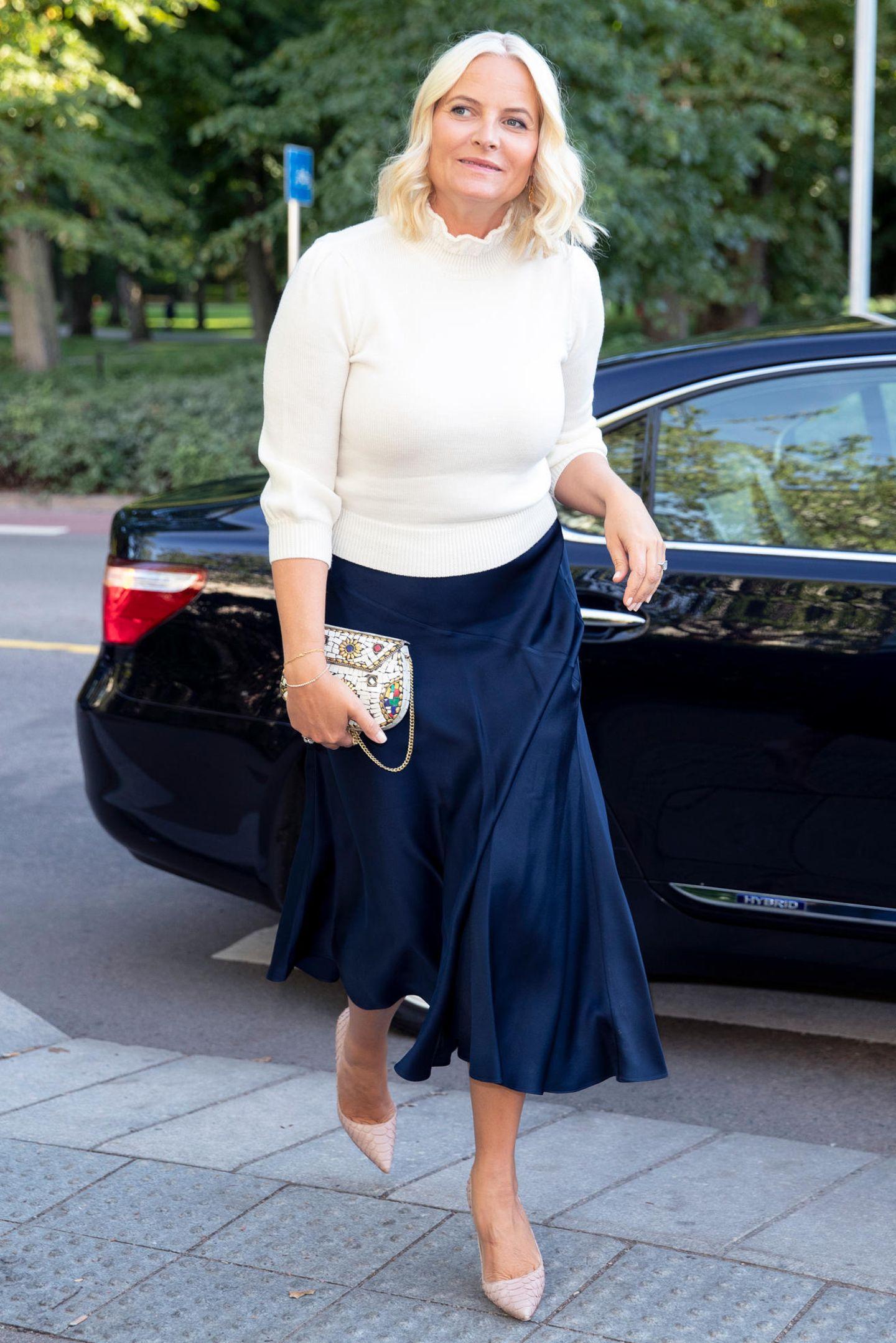 Prinzessin Mette-Marit ist bekannt für ihre zurückhaltenden Outfits und verzichtet meist auf Bling-Bling. Für diesen Look wählte sie allerdings ein echtes Hingucker-Accessoire ...
