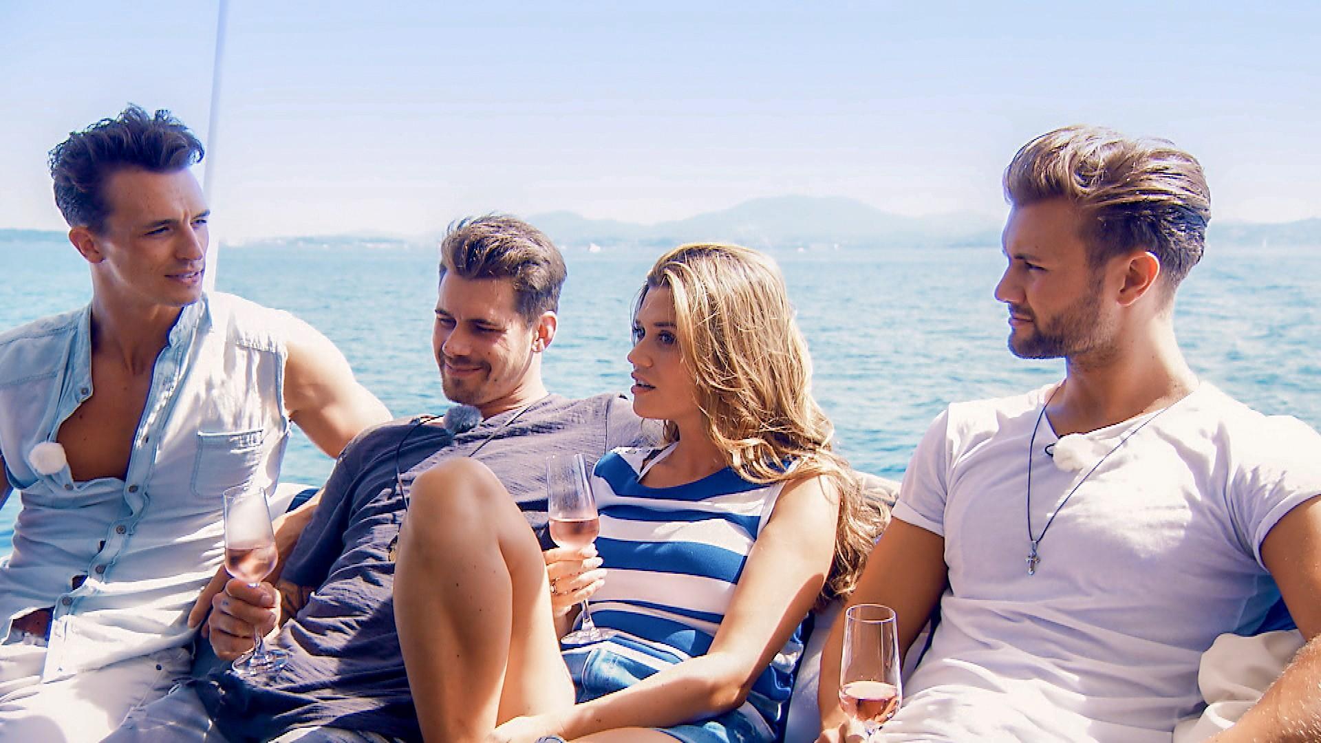 """Auf dem Katamaran geht es für die """"Bachelorette"""" und ihre Männer auf eine Insel."""