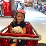 Die Reserven müssen mal wieder aufgestockt werden: Tamara Ecclestone hat ihr Töchterchen Sophia, mit süßem Hündchen in den Armen, gut gelaunt im Einkaufswagen sitzen.