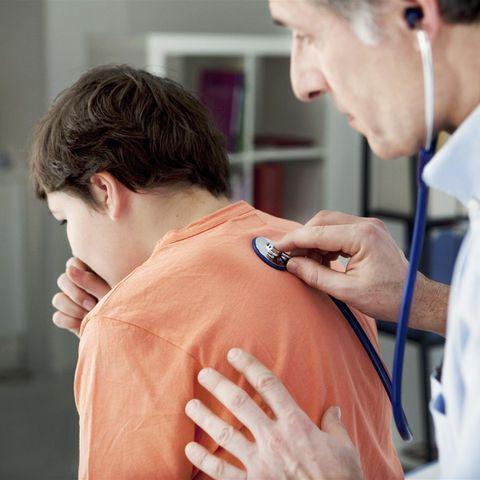 Junge beim Arzt (Symbolbild)