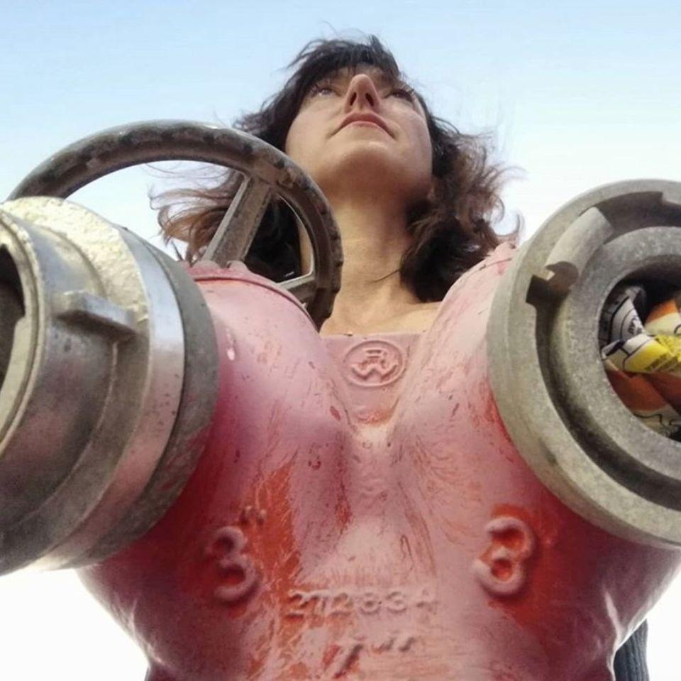 """""""Kampf gegen den Nippelban"""", scherzt """"Feuchtgebiete""""-Autorin Charlotte Roche. Und tatsächlich, die Perspektive lässt den Hydranten zuerst wie übergroße Brüste wirken."""