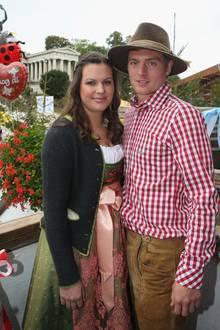 Jessica und Toni Kroos  Dass sie erst seit dem Jahr 2015 verheiratet sind, mag auf erste Sicht nicht sehr beeindruckend sein, dass sie schon seit ihrer Jugend, genauer gesagt seit dem Jahr2008, ein Paar sind, schon eher. Ihr Liebesglück krönen mittlerweile zwei süße Kinder.