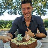 21. August 2018  Bayern Münchens Stürmer Robert Lewandowski feiert seinen 30. Geburtstag. Nicht nur der Fußballstar hat ein Auge auf die leckere Torte geworfen, seine süße Tochter (links unten) versucht ein kleines Stückchen zu stibitzen.