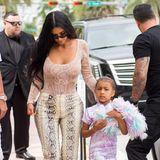 In wild gemischter Schlangen-Optik kann man Kim Kardashian zusammen mit Tochter North beim Shopping in L.A. bestaunen