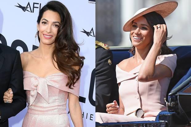 Altrosa, schulterfrei, ähnlich geschnitten - die Kleider von Amal und Meghan ähneln sich sehr. In Kombination mit der gleichen Frisur könnten sie glatt als Zwillinge durchgehen.