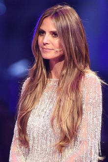Während des Germanys-Next Topmodel Finales im Juni 2018 trägt Heidi eine XXL-Mähne à la Rapunzel. Die Extensions sind ähnlich wie Heidis Echthaar-Frisur gestuft und fügen sich natürlich in den Haarverlauf ein. Wüssten wir nicht, dass Heidi eigentlich kürzere Haare trägt, wären uns die Extensionsnicht aufgefallen. Passend zur Wallemähne trägt sie außerde, ein hochgeschlossenes Fransen-Kleid in Glitzer-Optik. Rundum ein gelungener Look, liebe Heidi.