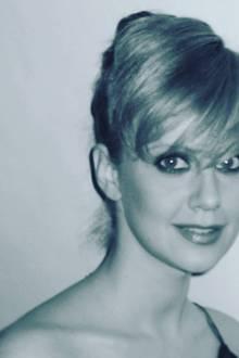 Barbara Schöneberger ist für ihre humorvolle Art bekannt. Diese zeigtsie nicht nur im TV, sondern jetzt auch bei Instagram. Dort hat die Moderatorin einaltes Foto von sich selbst veröffentlichtund ironisch kommentiert.Hochsteckfrisur, dunkler Lippenstift und schräger Pony.Das Schwarz-Weiß-Bild, dass Barbara jetzt mit ihren Fans im Netz teilt, zeigt die Moderatorin im Jahr 2002. Damals ist die kesse Blondine gerade 28 Jahre alt ...