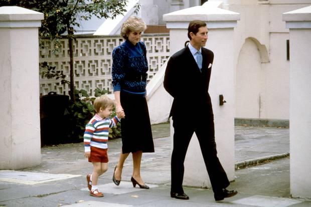Prinz William wird als Dreijähriger vonseinen Eltern Prinzessin Diana und Prinz Charles im September 1985 zur Vorschule gebracht.
