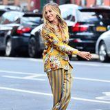 """Auf den Straßen New Yorks legt Schauspielerin Sarah Jessica Parker einen Auftritt àla Carrie hin. In einem Zweiteiler im Pyjama-Stil zeigt sie auch acht Jahre nach dem letzten """"Sex and the City""""-Streifen, dass sie Style ganz und gar nicht verlernt hat und legt dabei einen filmreifen Auftritt hin ..."""