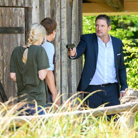 Christoph (r.) sieht rot und richtet die Waffe auf seinen Sohn Viktor (Mitte) und seine Noch-Ehefrau Alicia