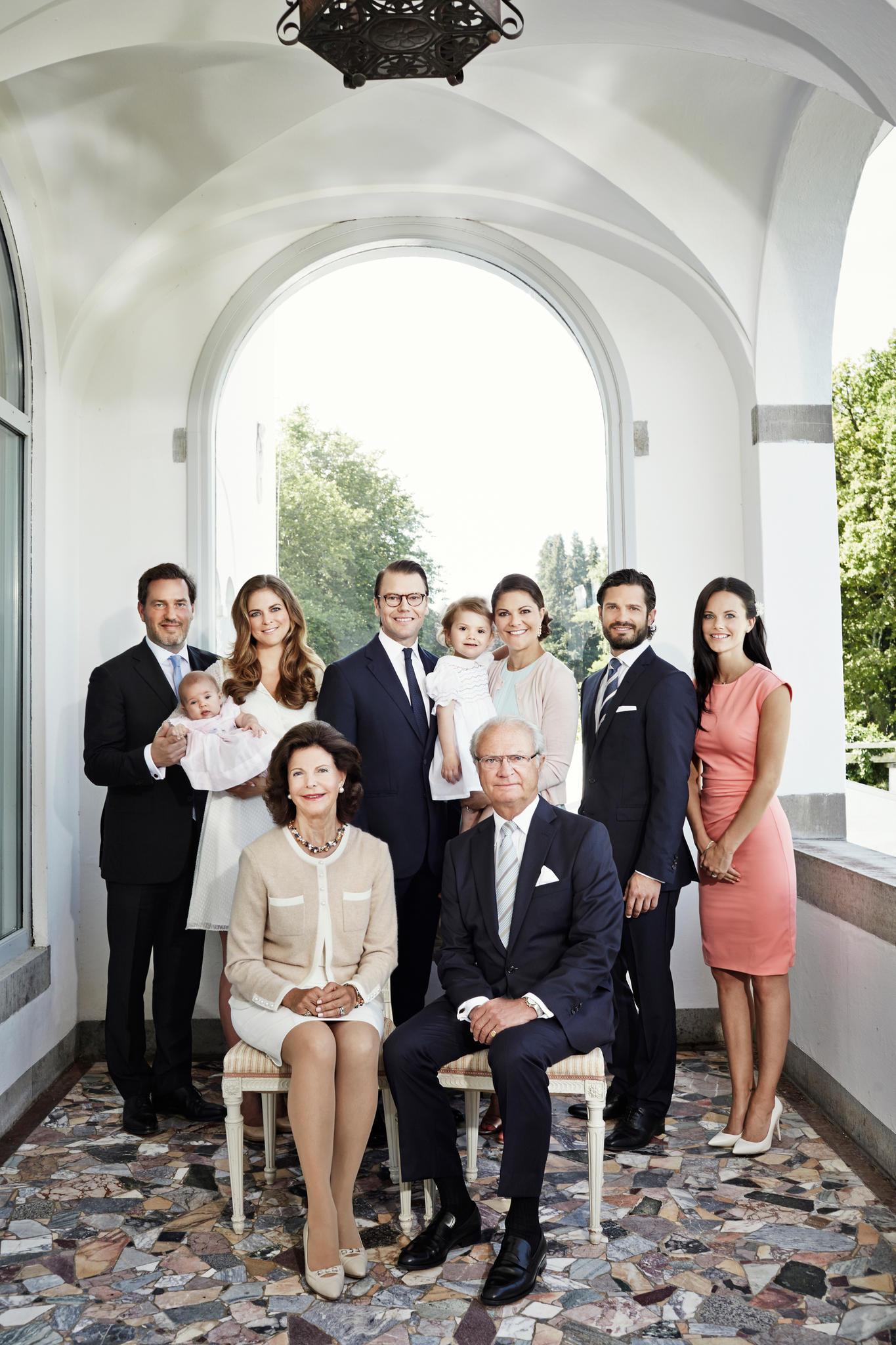 2014 war die Familie beim Sommerfoto auf Schloss Solliden noch deutlich kleiner. Sofia Hellqvist nahm damals als Verlobte von Prinz Carl Philip am Familienurlaub teil.