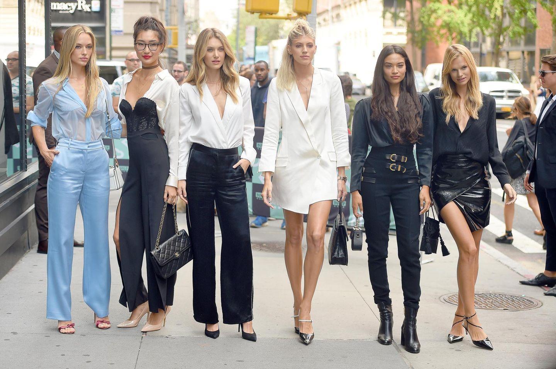 """Street-Style auf den Punkt gebracht: Die Models Hannah Ferguson, Ping Hue,Caroline Lowe, Devon Windsor, Shanina Shaik und Nadine Leopold rocken New York Citys'Straßen. Aber ein Zufallist es nicht, dass die hübschen Frauen top gestylt aufeinander treffen: In der Doku-Serie """"Model Squad"""" haben sich die sechs Topmodels dabei filmen lassen, wie sie zwischen Shootings, Laufsteg-Shows, Sport und Freizeit balancieren und ihre Karriere international voranbringen. Schauen wir uns die Looks der Models einmal genauer an, fällt auf, dass ..."""