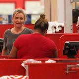 Im Schlabber-Look und ungeschminkt shoppt Cameron Diaz in einem Supermarkt in Los Angeles. Glamourös geht anders.