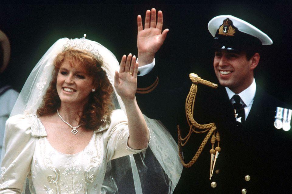 Sarah Ferguson und Prinz Andrew bei ihrer Hochzeit im Juli 1986. Knapp zehn Jahre später folgte die Scheidung.