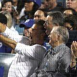 Während eines Baseballspiels der Dodgers in Los Angeles schießt Schauspieler Josh Duhamel ein Selfie mit Fans, die sich ebenfalls im Stadion befinden. Josh scheint mit voller Power an die Sache zu gehen und schießt wilde Grimassen.