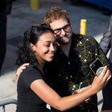 Jonah Hill ist auf dem Weg zur Jimmy Kimmel Live-Show in Los Angeles, als ihm ein Fan über den Weg läuft. Der Schauspieler scheut nicht, den glücklichen Fan für ein Selfie in den Arm zu nehmen.