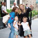 Beim Verlassen ihres Hotels in New York City begegnet Beckham-Ex Chloe Moretz einer Mutter mit ihren Töchtern und schießt direkt auf der Straße ein Selfie mit der süßen Familie.