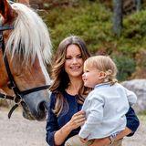 Nach der Kutschfahrt trägt Prinzessin Sofia ihren Alexander auf dem Arm. Gemeinsam wird sein Taufgeschenk bestaunt.