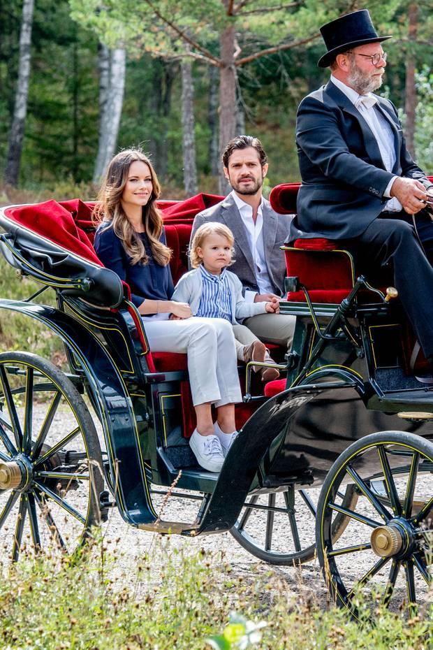 Eine traumhafte Fahrt auf der Kutsche: Prinz Alexander bestaunt mit seinen Eltern den wunderschönen Wanderweg seinesHerzogtums Södermanland.