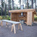 Zu dem besondren Ort gehört auch diese aus Holz gebaute Grillanlage.